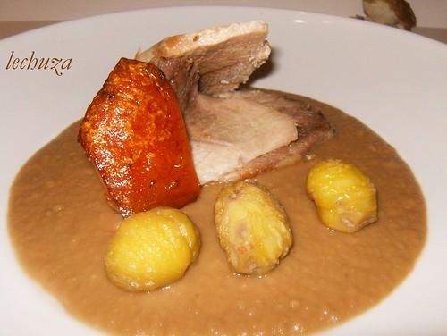 Cerdo con castañas-plato cerca