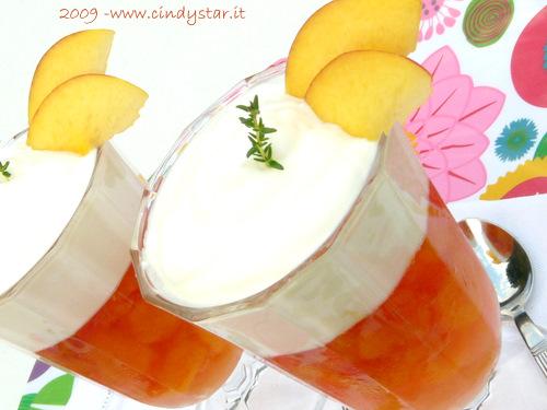 pesche in gelatina con crema di yogurt