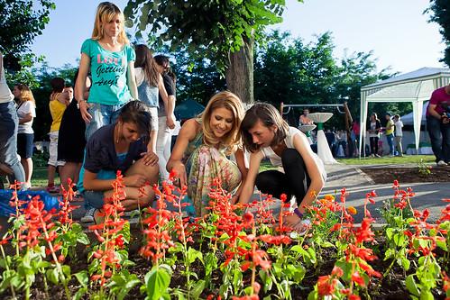 Amalia Enache planteaza flori in curtea centrului Robin Hood_foto Vlad Basca