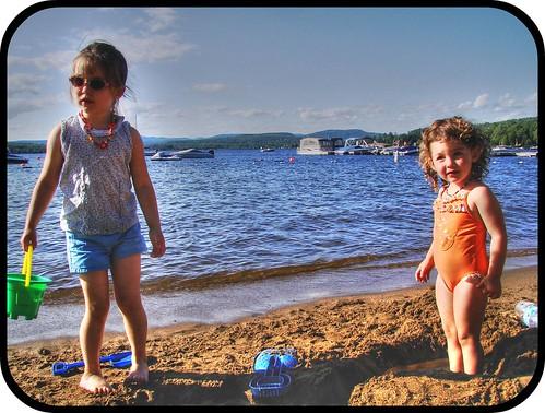 Une enfance dorée au soleil. Angélique et Lily se font un lac de plage...
