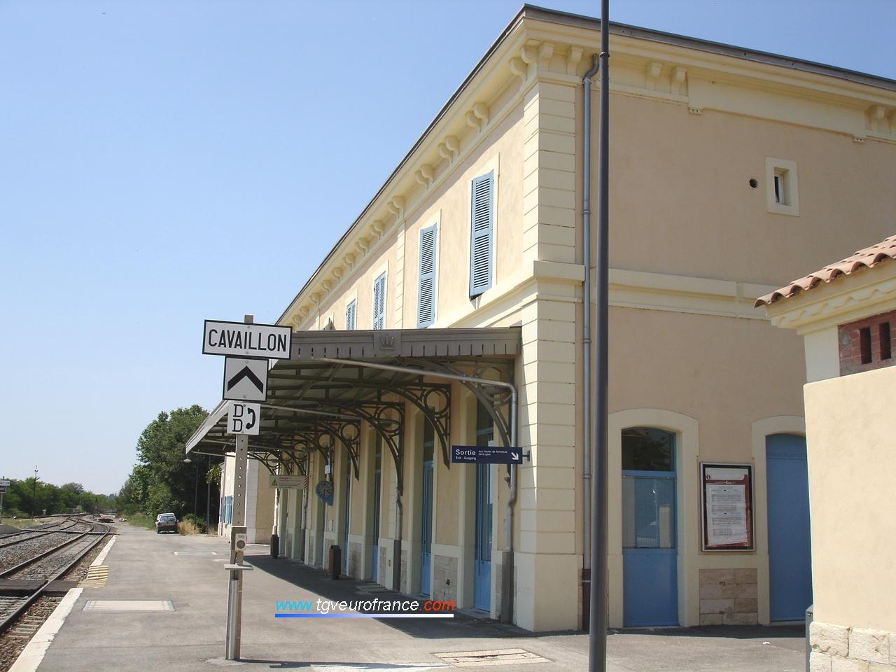 """Le BV de la gare SNCF de Pertuis avec le panneau DD (""""demande de départ"""")"""