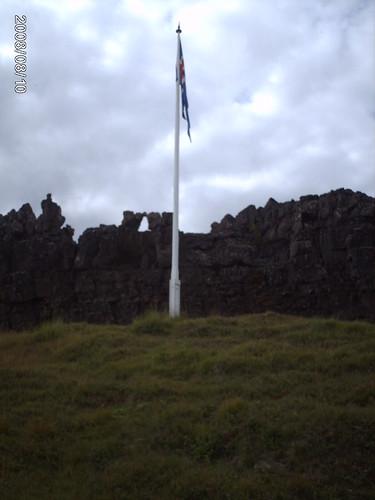 Ungefär där flaggstången står ska tydligen ledaren för tinget ha stått (hur man nu kan veta det)