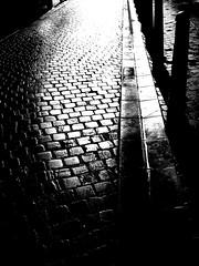 Contrairement  ce qu'on pourrait penser.... (verytallsam (connect quand il peut)) Tags: street blackandwhite bw pavement nb rue pavs blancetnoir