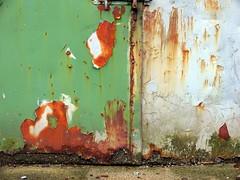 Felt | Two zones (erlingsi) Tags: door norway wall norge puerta peeling porta noruega grime oc tr asky noorwegen noreg dr oberflchen  erlingsi  erlingsivertsen  aestheticsofdecay malingsslitt skiftesvik