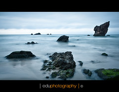 Aguilar IV (Gatstudio) Tags: costa verde canon agua asturias playa aguilar nocturna 5d calma canonef2470mmf28lusm eduardo ef2470mmf28lusm roca alga cokin cantbrico largaexposicin filtros playadelaguilar 5dmarkii 5d2 5dii 5dmkii eos5dmkii bwnd eduphotography peadelcaballar eduardomndezfernndez gatostudio