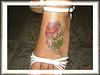tatuagem flor nome no pe TARZIA TATTOO -
