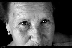 Huellas (Iris M.M.) Tags: portrait skin retrato mirada glance oldage pell retrat vellesa vejez piel neroamet