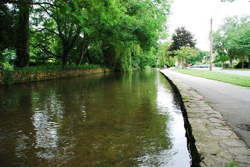 ボートン・オン・ザ・ウォーター村を流れるウィンドラッシ川