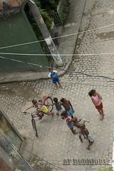 Eu brico, tu brincas, eles brincam (AF Rodrigues) Tags: bike brasil riodejaneiro poste rj garoto bicicleta diversão brincar garota rua criança menina periferia fio favela menino brincando brincadeira comunidade divertido fiação garotada meninada espaçopopular