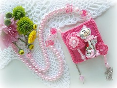 Ronron... (Lidia Luz) Tags: cat necklace beads handmade crochet jewelry bijoux bijuteria gato pearl colar pérola sachet bijouteria crochê lidialuz