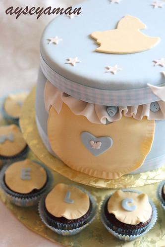 hediye paketli bebek pastasi