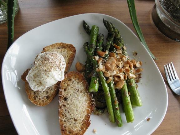 poached egg asparagus cashews sesame 001