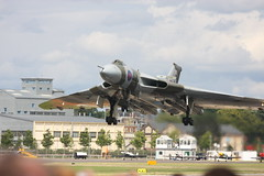 Avro Vulcan final Approach (pyro_chris_uk) Tags: aircraft airshow vulcan bomber farnborough xh558 avrovulcan