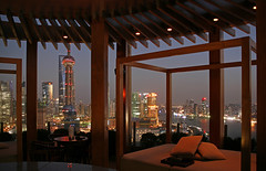 Hyatt on the Bund - Shanghai (david.bank (www.david-bank.com)) Tags: china bar bed twilight asia shanghai bluehour vue bund orientalpearltower jetset swfc jangtse 5photosaday hyattonthebund