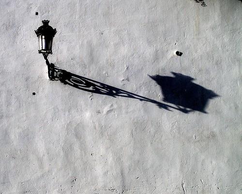 La sombra de la farola es alargada
