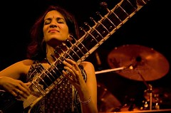 Anoushka Shankar (Shrenik Sadalgi) Tags: music india concert nikon bangalore palace international jethro grounds shrenik tull rsj jethrotull iananderson d80 anoushkashankar 55200vr shreniksadalgi sadalgi