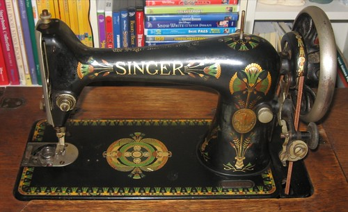 Closeup of 1908 Singer 66-1 treadle