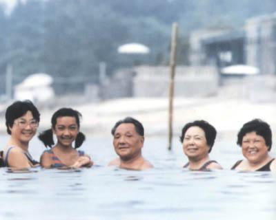 鄧小平與家人在北戴河游泳 Swim