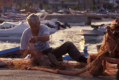mondello (zecaruso) Tags: sea italy fisherman italia mare barche sicily caruso palermo sicilia ciccio sud pescatore rete mondello nikonf601 bellapalermonline zecaruso cicciocaruso
