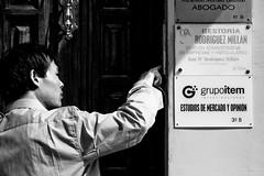 Geeeeee (onomatopeya fonoprtica) (brunoat) Tags: street door espaa man calle andaluca spain puerta social granada hombre eos30d telefonillo fonoporta tamronaf1750mmf28xrdiiildasphericalif geeeee