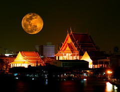 ~ Bangkok Full Moon ~ (Peem (pattpoom)) Tags: moon night bravo searchthebest bangkok fullmoon explore nikkor80200mmf28dedaf perigee tc17eii  holidaysvacanzeurlaub  nikkor300mmf4edifafs