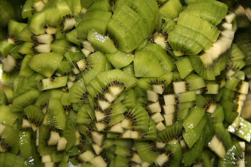 Making kiwifruit jam