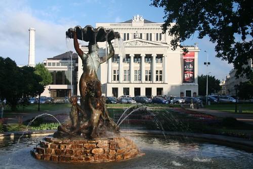 Die Nationaloper in Riga im Abendlicht.
