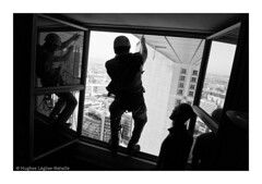 (Hughes Lglise-Bataille) Tags: blackandwhite bw paris france window silhouette work grande workers noiretblanc ladefense 2008 rappel abseiling travaux fenetre arche corde abseil voltige cordiste acrobatiques