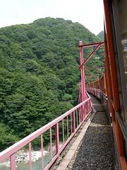 新山彦橋を走るトロッコ電車