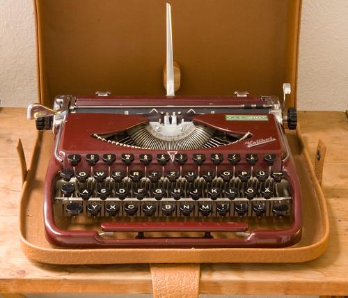 GROMA Kolibri typewriter