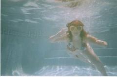 que llegue ya el verano porfavoooor!!!!! (venteconlapelirroja) Tags: flores sol azul agua mosaico piscina nadar verano mano gafas pelirroja tarragona escaleras saludo buceo biquini lquido