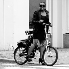 I THINK SHE SAW ME..... (Akbar Simonse) Tags: street people urban bw woman holland netherlands monochrome bicycle highheels zwartwit candid streetphotography denhaag shades thehague folding streetshot straat zonnebril vouwfiets straatfotografie straatfoto straatfotograaf dedoka akbarsimonse bicycvle