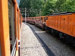 すれ違うトロッコ電車(黒部峡谷鉄道)