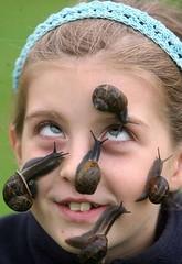 Una chica con caracoles en la cara