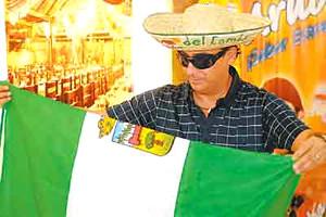 Adal Ramones con bandera de Santa Cruz