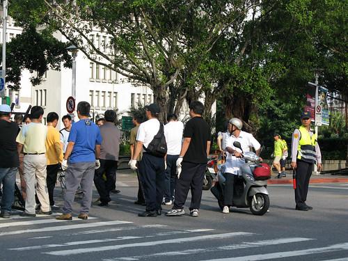 馬先生的國民黨九劉政府用拒馬刀片鐵籠警棍對付人民言論集會