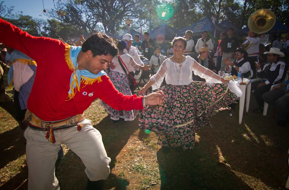 Entre las distintas actividades que se desarrollaron en el evento, nos encontramos con una bandita que acompañaba con piezas típicas de música paraguaya a bailarines y a los asistentes a la feria, que bailaban y disfrutaban al son los sonidos de nuestra tierra. (Tetsu Espósito, San Miguel - Paraguay)