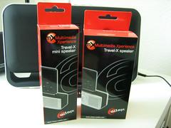De verpakkingen van de Adapt Travel-X Speaker en Mini Speaker.