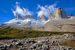 Valle del Francs east side  Torres del Paine NP, Chile (Ole Begemann) Tags: chile travel blue sky patagonia mountains green latinamerica southamerica clouds landscape geotagged nationalpark reisen himmel wolken 2006 vegetation torresdelpaine landschaft hdr endoftheworld tdp trabel lateinamerika frenchvalley photomatix sdamerika patagonien tonemapped pseudohdr 1xp endederwelt valledelfrancs parquenacionl reginmagallanes nearpuertonatales magallanesyantrticaxii original:filename=2006031920d018508hdr16edit