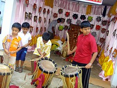 Pulikali chamayam....in Thrissur... (ArunaR) Tags: india art boys festival dance costume sony performingarts culture kerala exhibition onam aruna thrissur traditionl chamayam pulikali kaduvakali