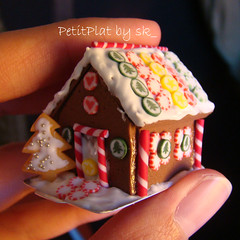 Miniature Gingerbread House (PetitPlat - Stephanie Kilgast) Tags: christmas food house miniature candy sweet handmade gingerbread noel sugar polymerclay sk collectible gingerbreadhouse dollhouse dollshouse miniaturefood miniaturen oneinchscale petitplat stephaniekilgast