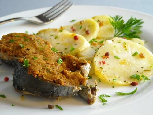 Tranci di tonnetto con panatura ai pomodori secchi e capperi su letto di patate