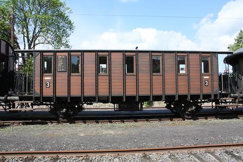 ein alter Personenwagen aus Holz