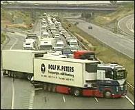Camiones bloqueando una carretera durante la huelga