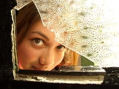 [フリー画像] [人物写真] [女性ポートレイト] [ラテン系女性] [窓辺の風景] [覗く/見る]      [フリー素材]