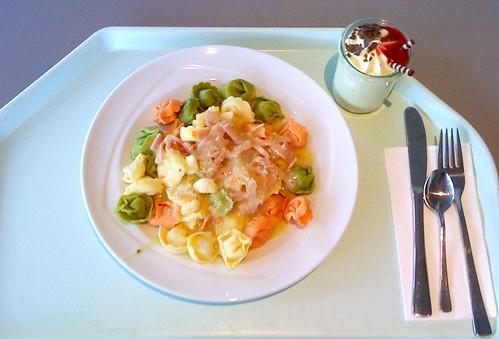 Tortelloni mit Schinkensahnesauce / Tortelloni with ham cream sauce
