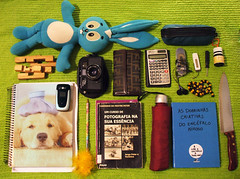 What's in your bag? [ Para os Dueteiros! ] (Nika Fadul) Tags: verde umbrella mp3 carteira celular whatsinyourbag bolsa colar caderno faca pendrive chavedefenda guardachuva estojo sanso estudante sombrinha perigosa cruzeta duetos bolsademulher bugingangas mnicafadul calculadoracientfica nikafadul mquinafotoogrfica chaveirocasosinsanos cadernodeidias guiadafotografia