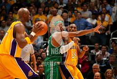 soft ass lemar odom trying to pass the ball to kobe ... but paul pierce has him on lock
