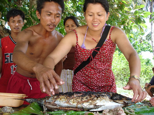 Philippines,Pinoy,Filipino,Pilipino,Buhay,Life,people,pictures,photos,scene, man, woman, food, fish, grilled yummy, picnic,smiling,inihaw,isda