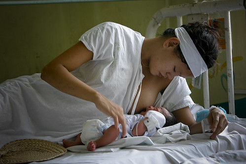 Philippinen  菲律宾  菲律賓  필리핀(공화국) Pinoy Filipino Pilipino Buhay  people pictures photos life Philippines, woman, child, mother breast baby new born hospital maternity feeding